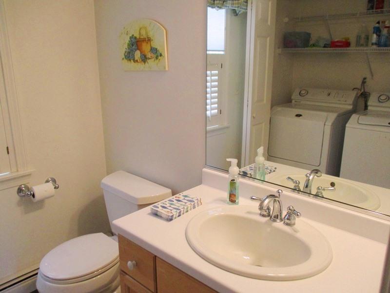 Hälften bad på 1: a våningen ligger utanför hallen och har en tvättmaskin och torktumlare - 30 Cockle Cove Road Chatham Cape Cod New England Semesterbostäder