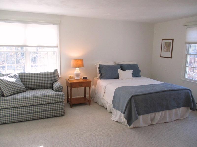Sovrum # 2 är på andra våningen och har en drottning säng och små bäddsoffa (sover 1) - 30 Cockle Cove Road Chatham Cape Cod New England Semesterbostäder