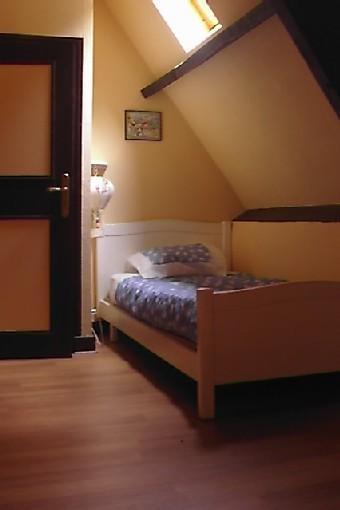 chambre jaune à l'étage pour 1 personne