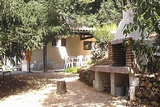 grand barbecue  avec petit jardin aromatique et vue sur la terrasse couverte