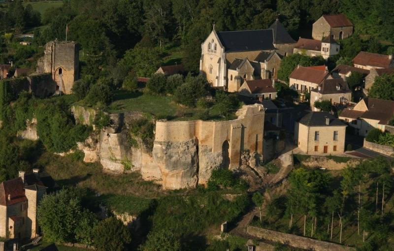 le village de Carlux dominé par sa forteresse