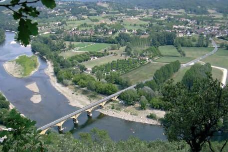 passez le pont sur la Dordogne (la rivière est à 1km)  et allez à St Julien de Lampon
