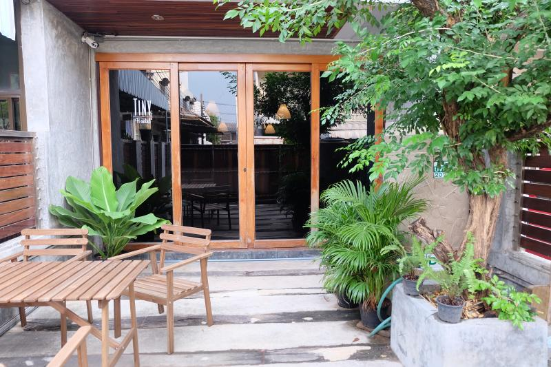 Tiny Hostel is a very tiny hostel 15 mins from Grand Palace and Khaosarn rd, decorated with the mode
