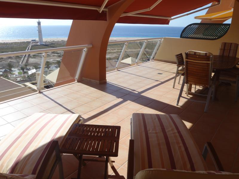 Terraza, amplia, soleada, cómodo y con unas increibles vistas a la playa