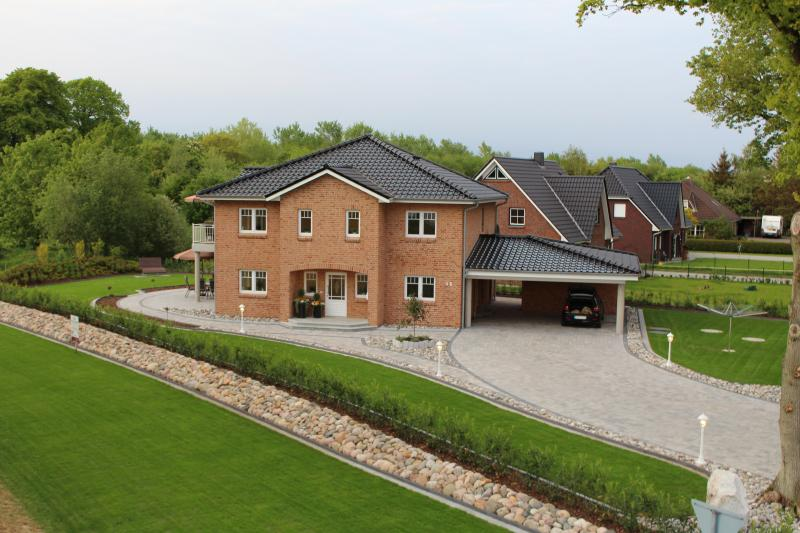 Der Blick auf unser Haus mit Grundstück