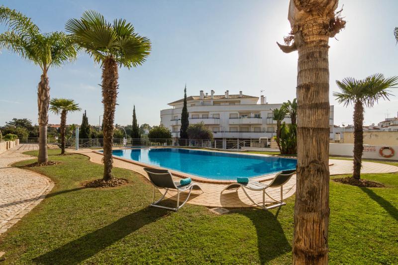Wonderful Apartment Near Olhos De Água Beach, aluguéis de temporada em Olhos de Água