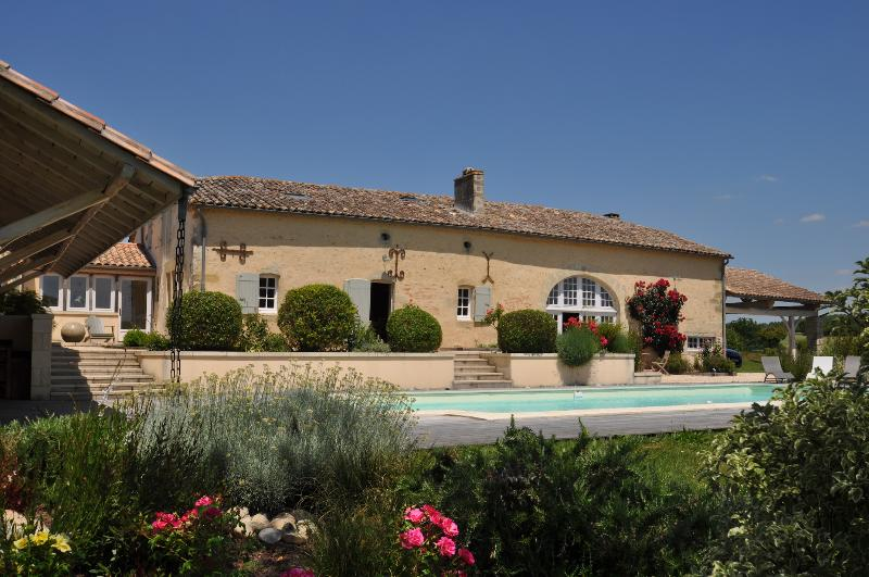 Great villa with private pool and stunning gardens, vacation rental in Cours-De-Monsegur