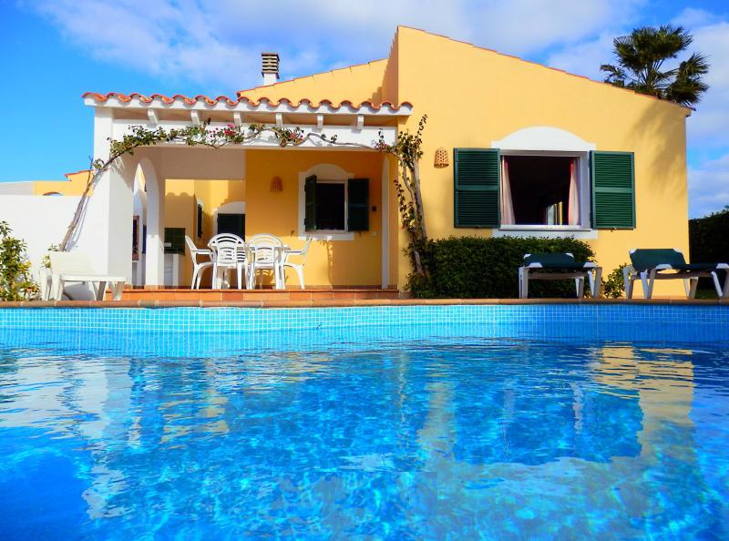 Vista de la villa desde la piscina.