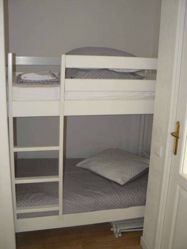 le coin cabine, 2 lits superposés, convient pour enfants. (porte de séparation avec pièce de vie)