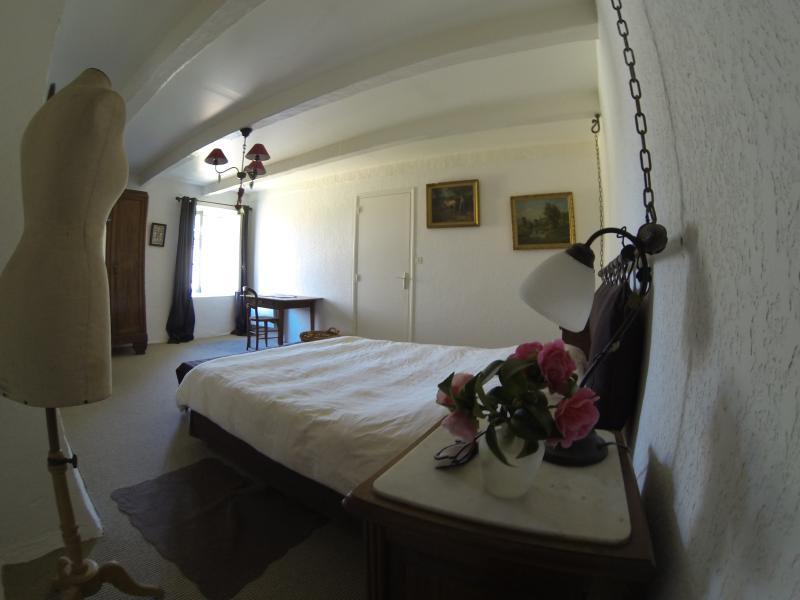 Chambre à l'étage avec son lit king-size.
