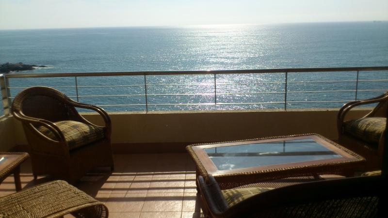 On the beach! Gorgeous ocean views, alquiler vacacional en Viña del Mar