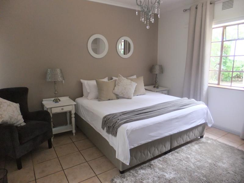 Large room with King size bed and built in wardrobes (4x4)