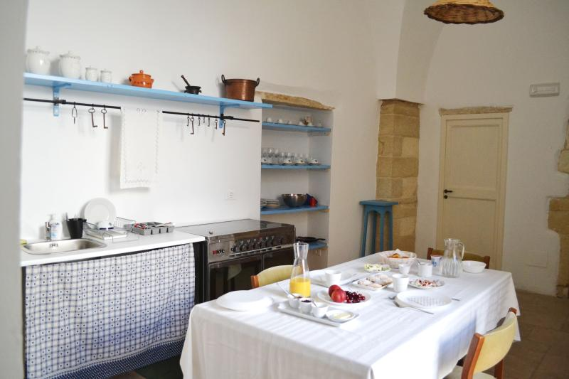 The kitchen with groin vaulted ceiling  Salento Guesthouse B&B