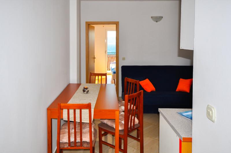 Apartments Ferdo-Sea view apartment in Zivogosce 7, aluguéis de temporada em Zivogosce