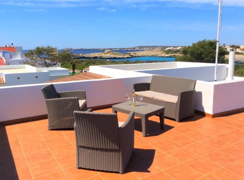 Solario equipado con sofá, dos butacas y mesa para mejorar la zona de relax.