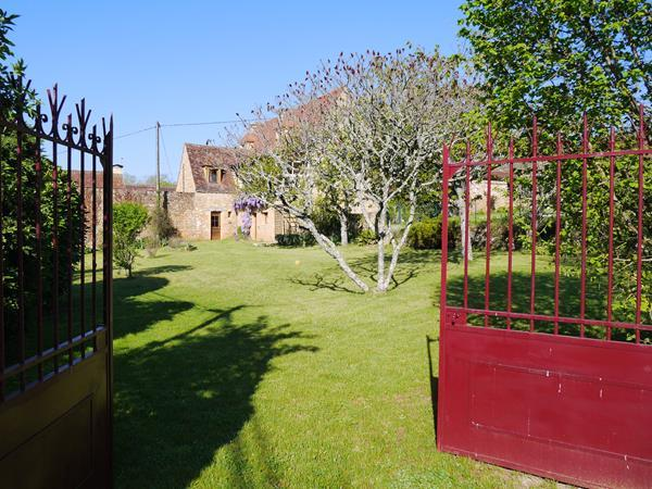 REFUGE: Charming house dating from XVIII with walled garden & privatefenced pool, casa vacanza a Saint-Cyprien