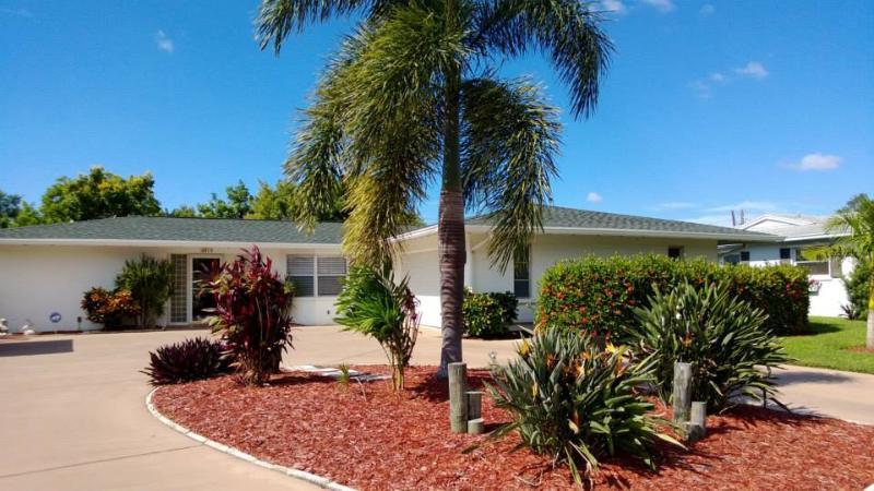 Quiet, clean and comfortable tropical pool home in Gulf Gate near Siesta Beach.