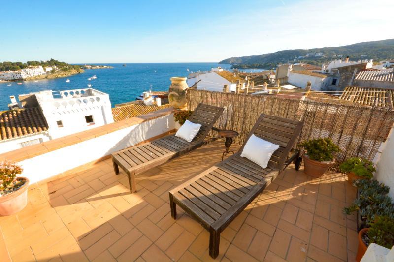 beautiful old central town house with sea views, alquiler de vacaciones en Cadaqués
