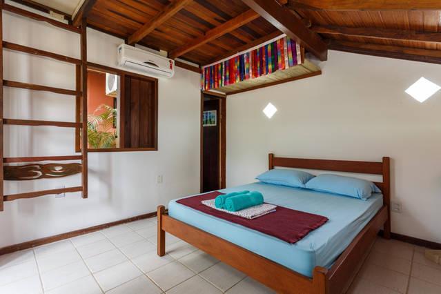 Os detalhes em madeira, a cama boa e a lareira toda decorada em mosaico somam para o aconchego!