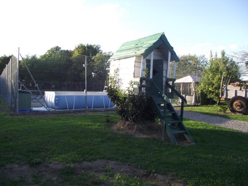 Une petite cabane dans l'arbre pour les enfants , une piscine un terrain de tennis