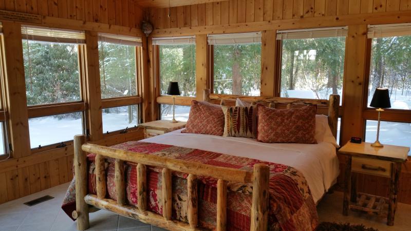 Quarto 2, rústico log King com excelentes vistas e acesso privado ao quintal. lençóis de luxo e colchas