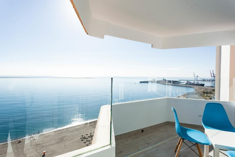 Seaview apartment in the center of malaga con parking y wifi, holiday rental in Malaga