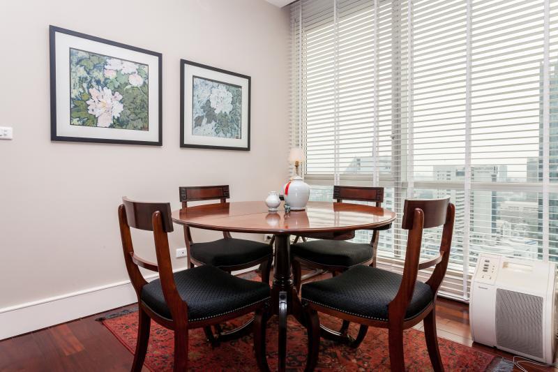 Acogedora sala de estar con área de cena