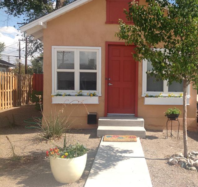 A,cozy 600 sf 1 bedroom cottage with all the amenities and conveniently located.