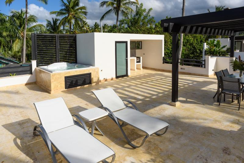 Rooftop terrace equipped with jacuzzi. Please, note that the grill is not for use by the guests.
