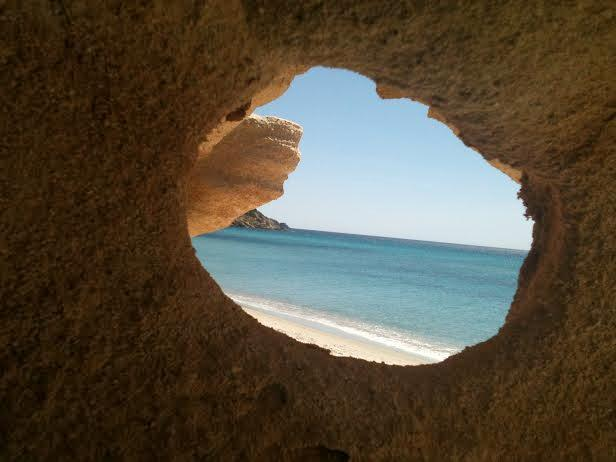 Spiaggia di Capo Ferrato, intravista dalla scogliera in arenaria che la circonda.