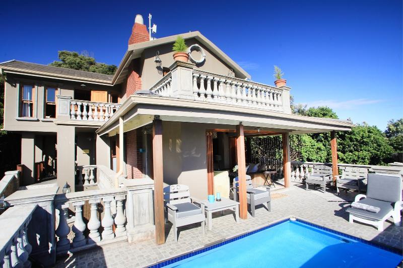 Debout sur le balcon regardant à l'intérieur de la villa de votre propre petite pataugeoire.