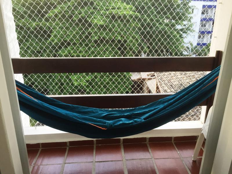 Rede de descanso na varanda.