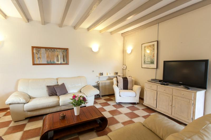Glycines:  Spacious gîte, heated pool, bikes games, holiday rental in Seillac