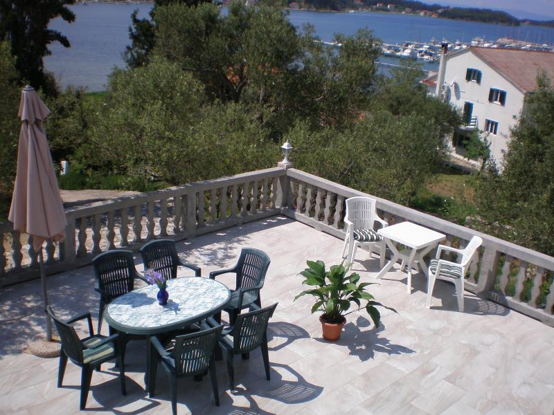 Three-room apartment with a seaview, alquiler de vacaciones en Supetarska Draga