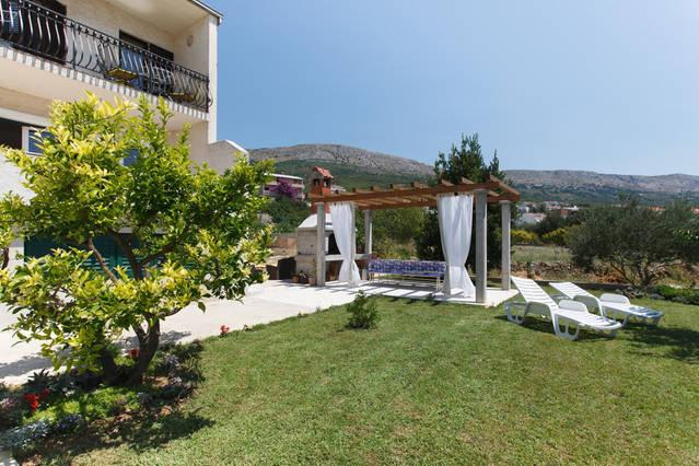 Cosy apartment with large balcony and seaview, alquiler vacacional en Podstrana