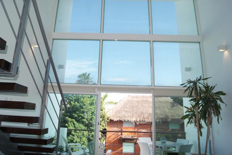 Es realmente relajante sala de estar con techos de doble altura