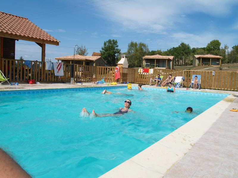 Village de gites (5 chalets) en Aveyron, vacation rental in La Fouillade