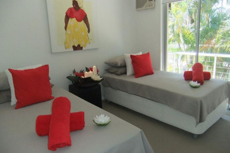 Singe bedroom overlooks the leafy courtyard and palm tres