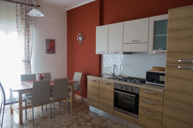 Cucina completa di forno e forno a microonde. Tavolo allungabile