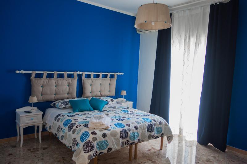 Camera da letto blu. Letto matrimoniale divisibile in due singoli.