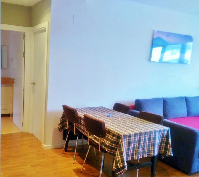 Salón con sofá cama y mesa de 4