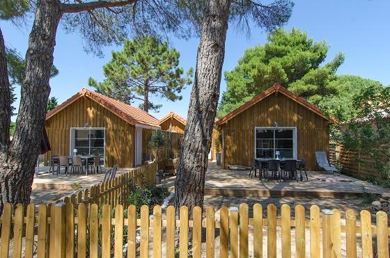 la cabane d'Adèle à gauche, et la cabane de Jean à droite