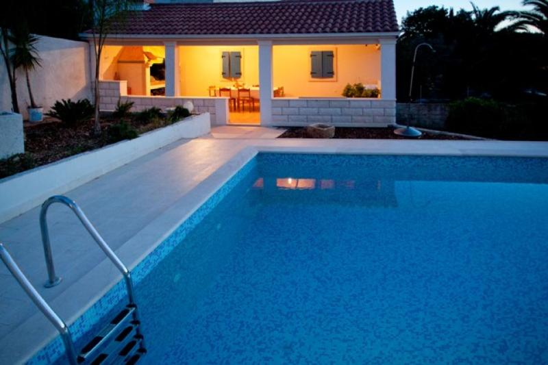 Bright, With Shared Pool, Terrace,  Near To The Beach (2), vacation rental in Sutivan