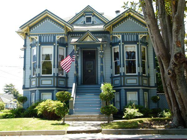 1887 Victorian Historical Landmark on Beach Hill. Beautifully decorated! Walk to beach & Boardwalk.