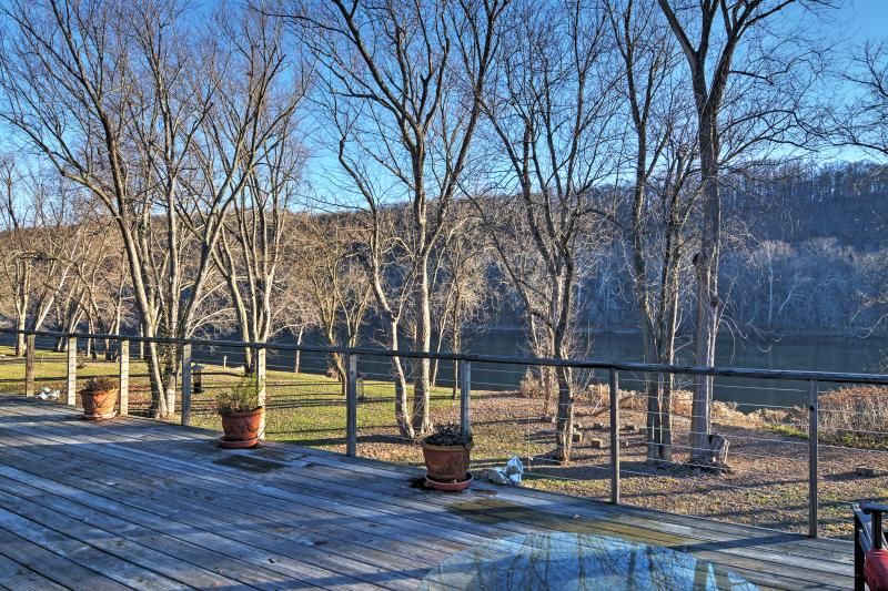 Point Pleasant House w/Deck on the Delaware River!, alquiler vacacional en Upper Black Eddy