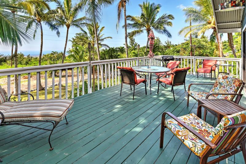 Breezy Kailua-Kona Bungalow w/ Lanai & Ocean View!, holiday rental in Kalaoa