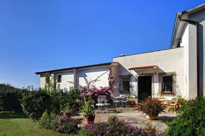 Marina del Cantone Apartment Sleeps 6 with WiFi - 5226664, vacation rental in Schiazzano