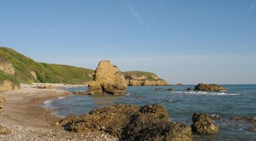 La spiaggia di Libertini è situata tra il promontorio di Aderci e la spiaggia di Punta Penna.