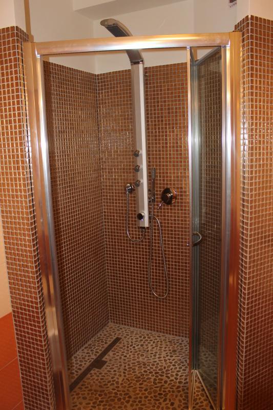 doccia in mosaico secondo appartamento
