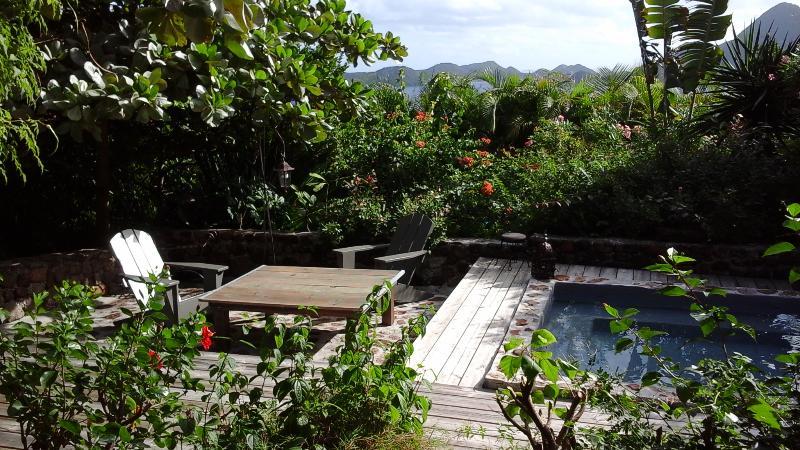 la terrasse autour du bassin, dominant la baie des Saintes